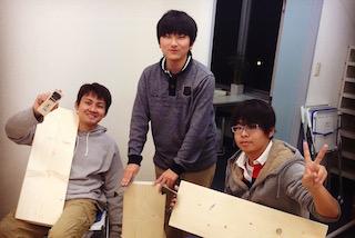 教室の家具を作る生徒
