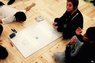 教室の家具配置について議論する生徒