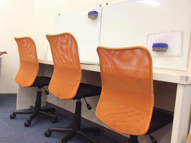 オレンジ色の椅子の個別指導ブース