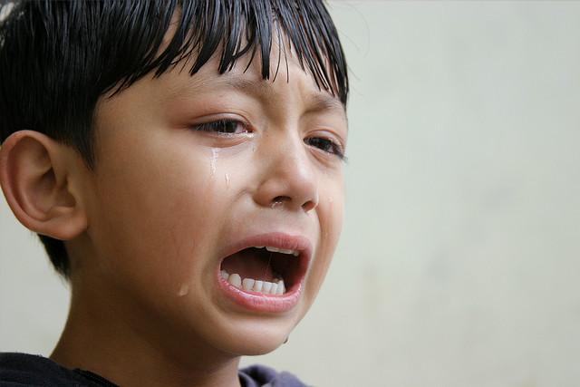 叱られて泣いている子供
