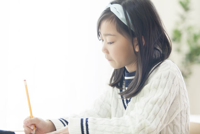 勉強をする女の子