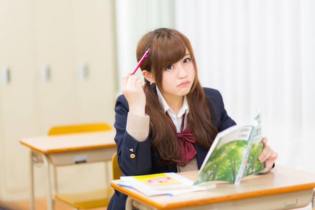 問題文を読む女子高校生