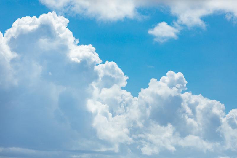 夏の晴れた日の入道雲